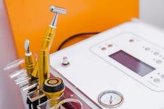 Kosmetisk soffa, utrustning och skönhetsmedel i inre för skönhetsalong royaltyfri foto