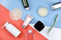 Kosmetiska flaskbehållare med naturliga ingredienser, tom etikett för att brännmärka modellen, naturligt skönhetsproduktbegrepp Arkivbild