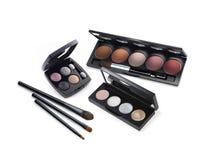 Kosmetiska paletter och borstar Fotografering för Bildbyråer
