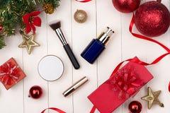 Kosmetiska produkter i gåvaask på träbakgrund Royaltyfri Fotografi