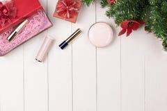 Kosmetiska produkter i gåvaask på träbakgrund Arkivbild