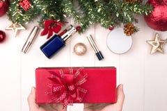 Kosmetiska produkter i gåvaask på träbakgrund Royaltyfria Foton