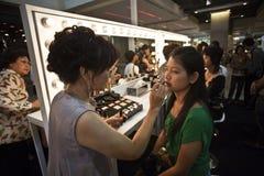 Kosmetiska sponsores för företag AMWAY en makeupkurs Royaltyfri Bild
