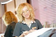 kosmetiska tillvägagångssätt Framsidalokalvård Kvinnakosmetolog arkivbild