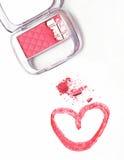 Kosmetiskt borste- och rosa färgpulver på vit bakgrund Royaltyfria Bilder