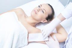 kosmetiskt tillvägagångssätt Hårborttagning Skönhet och vård- Ljus hud Royaltyfria Foton