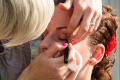 Kosmetolog som gör smink Royaltyfri Foto