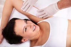 Kosmetolog Waxing Female Armpit arkivbild