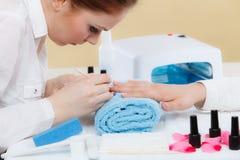 Kosmetologen som förbereder sig, spikar för manikyr, driftiga tillbaka nagelband royaltyfri fotografi