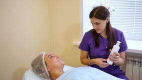 Kosmetologia lekarka radzi pacjenta zbiory