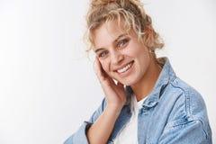 Kosmetologia, wellbeing pojęcie Atrakcyjna jasnogłowa europejska dziewczyna ono uśmiecha się rumieniący się ślicznego przechyla k obraz stock