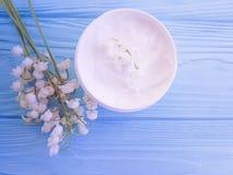 kosmetyczna śmietanka, jaskrawego produktu kwiatu lelui dolina na drewnianym tle aromatyczny styl życia fotografia stock