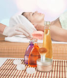 Kosmetyczna butelka aromatyczny masażu olej jest na kosmetycznym stole Obraz Royalty Free