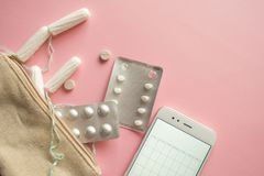 Kosmetyczna torba lub torebka z tamponami, antykoncepcyjny i bólowymi pigułkami, Set w przypadku miesiączki obraz royalty free