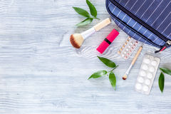 Kosmetyczna torba z antykoncepcyjny i pigułkami na drewnianym stołowym tło odgórnego widoku copyspace Obrazy Royalty Free