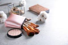 Kosmetyczna torba z fachowymi makeup muśnięciami Zdjęcia Stock