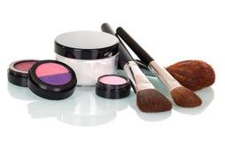 Kosmetyczne kitki, cienie, wargi glosa, rumieniec i kremowy słoju isolat, Fotografia Stock