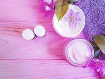 Kosmetycznego kremowego magnoliowego nawilżania kwiatu aromatyczny traktowanie na drewnianym tle obraz royalty free