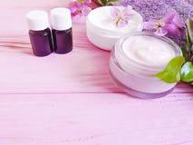Kosmetycznego skóry śmietanki magnoliowego nawilżania kwiatu aromatyczny traktowanie na drewnianym tle zdjęcia royalty free