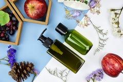 Kosmetyczni butelka zbiorniki z owocowymi witaminy esenci składnikami, Pusta etykietka dla oznakować egzamin próbnego Fotografia Stock
