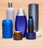 Kosmetyczni produkty dla mężczyzna na drewnianej powierzchni Zdjęcie Stock