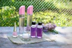 Kosmetyczni produkty na stole Zdjęcia Stock