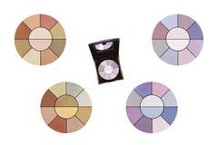 Kosmetyczni stali eyeshadows, produkt i cztery mieszającej kolor próbki, piękno produkty odizolowywający na białym tle, ścinek śc fotografia royalty free
