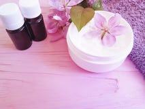 Kosmetyczny kremowy magnoliowy aromatyczny kwiatu traktowanie na drewnianym tle fotografia stock