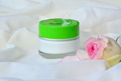 Kosmetyczny kremowy relaksujący skóry moisturizer żywienie w słoju zdjęcia stock