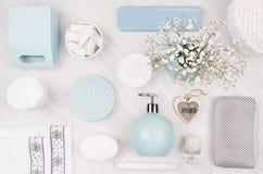 Kosmetyków produkty jako sztuki tło - ustawia dla ciała i skóry opieki, błękitny ceramiczny puchar, srebni akcesoria, kwiaty, ser obraz stock