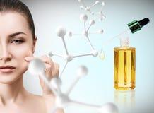 Kosmetyka nafciany stosować na twarzy młoda kobieta Zdjęcie Stock