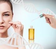 Kosmetyka nafciany stosować na twarzy młoda kobieta Obraz Stock