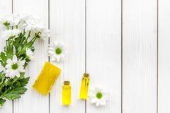 Kosmetyki dla skóry opieki z chamomile Oliwi, mydli na białej drewnianej tło odgórnego widoku kopii przestrzeni, obraz stock