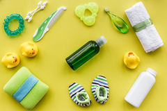 kosmetyki dla skąpania, ręcznika i zabawek na żółtym tło odgórnego widoku wzorze dziecka, Zdjęcie Stock