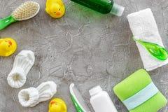 Kosmetyki dla skąpania, ręcznika i zabawek na szarej tło odgórnego widoku przestrzeni dla teksta dziecka, Zdjęcia Stock
