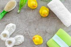 Kosmetyki dla skąpania, ręcznika i zabawek na szarej tło odgórnego widoku przestrzeni dla teksta dziecka, Zdjęcia Royalty Free