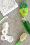 Kosmetyki dla skąpania, ręcznika i zabawek na szarej tło odgórnego widoku przestrzeni dla teksta dziecka, Zdjęcie Stock