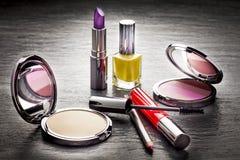 Kosmetyki na czerń łupku tle Obrazy Royalty Free