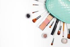 Kosmetyki nalewają za kosmetycznej torbie od, torebki na bielu zdjęcia stock