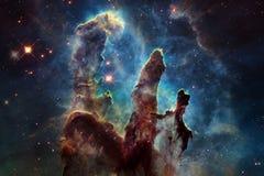 Kosmische Landschaft, bunte Zukunftsromantapete mit endlosem Weltraum lizenzfreie stockbilder