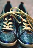 Kosmische schitterende tennisschoenen stock foto