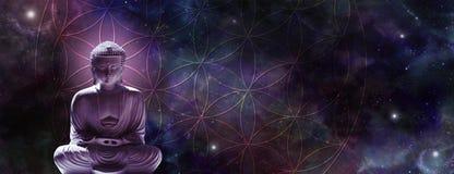 Kosmischer Buddha, der auf der Blume des Lebens meditiert stockfoto