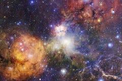 Kosmischer Galaxiehintergrund mit Nebelflecken, stardust und hellen Sternen stockfotos