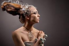 Kosmisches Art und Weisemädchen im Ausdruckkleid und -haar Stockfotografie