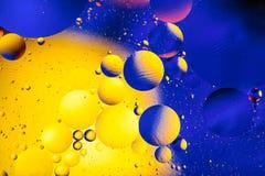 Kosmisk abstrakt bakgrund för utrymme- eller planetuniversum Abstrakt molekylsctructure vatten för bubblor för bakgrundsbad blått Arkivfoto