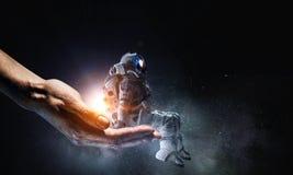 Kosmita w męskiej ręce Mieszani środki Fotografia Royalty Free
