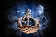 Kosmita w męskiej ręce Mieszani środki Obraz Stock