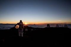Kosmonaut, der Sonnenuntergang betrachtet Stockbild