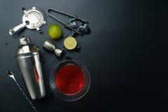 Kosmopolitisch cocktail en barmateriaal stock foto's