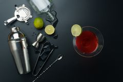 Kosmopolitisch cocktail en barmateriaal royalty-vrije stock fotografie